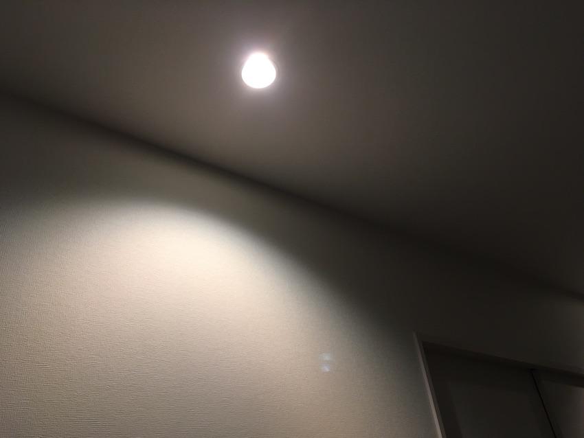 壁際に寄せたダウンライト